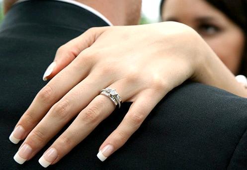 DIY Nails: Wedding Preparations with a Kiss!