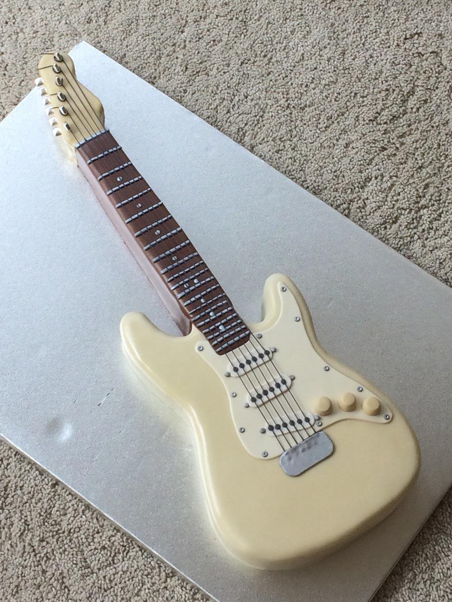 900_niyKUjkAK9-guitar-cake