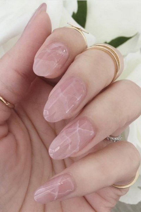 pink-marble-nails-look-very-feminine-and-chic
