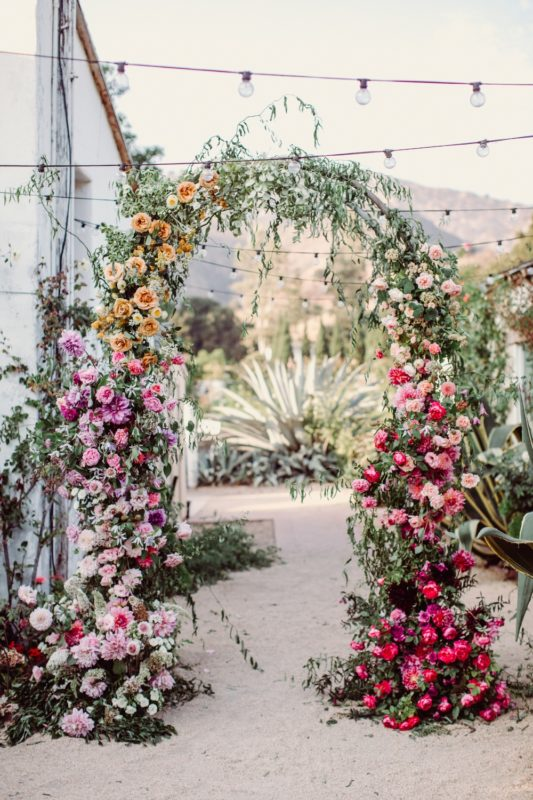 cheerful-wedding-ombre-flower-arch-03