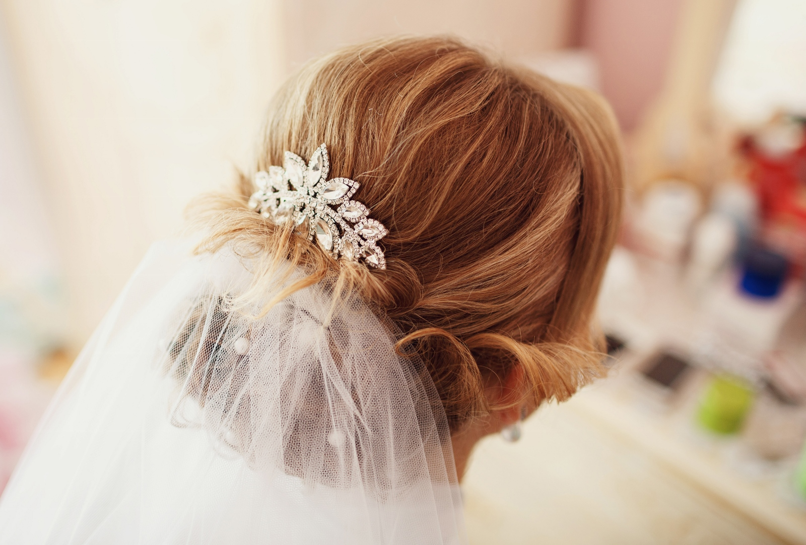 Bride is doing a hairstyle before the wedding