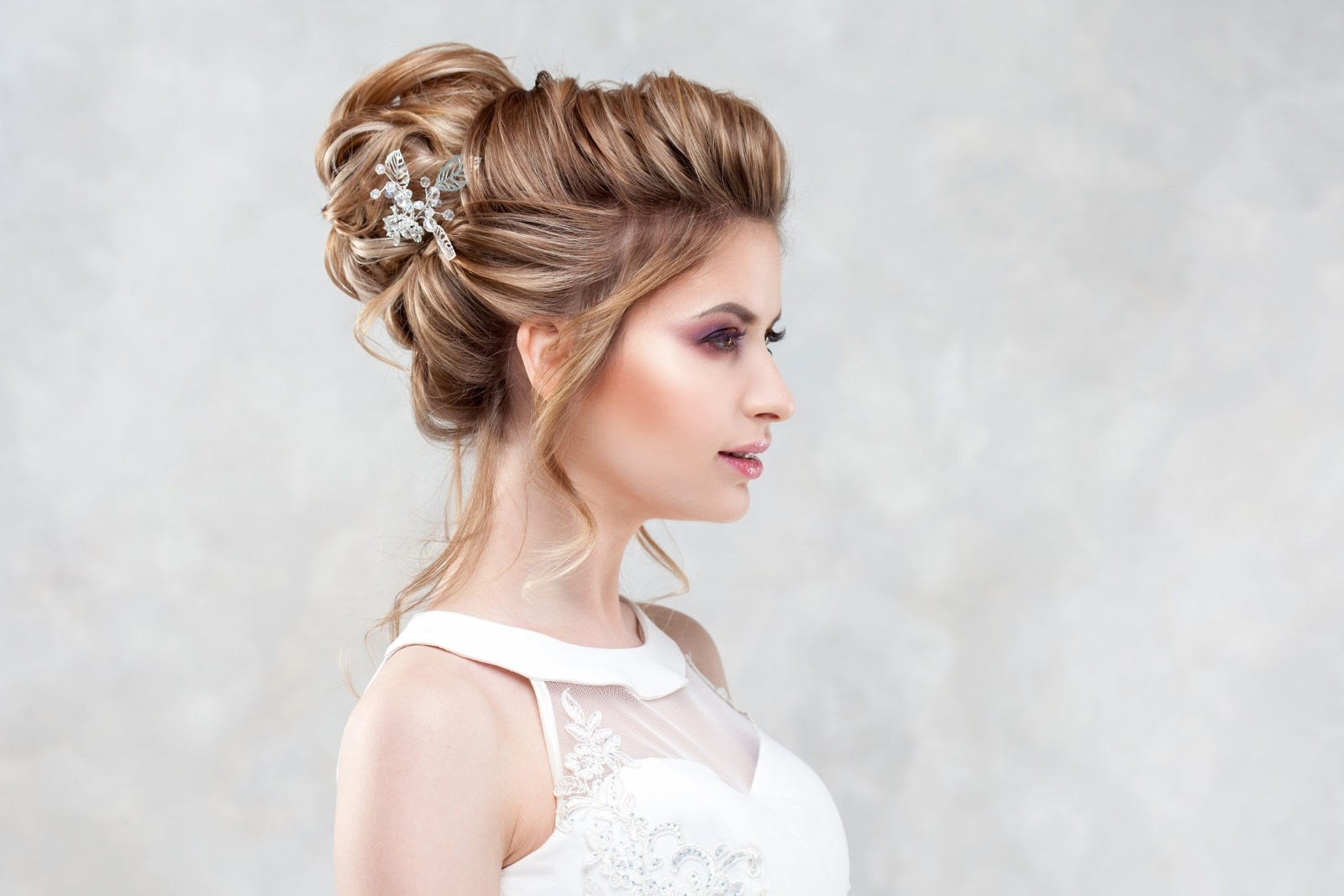 Wedding hairstyle, style and makeup for the celebration.